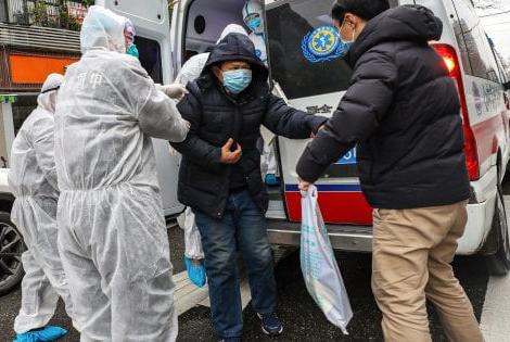 Coronavirus, Cina: soccorso ad un contagiato dalla malattia