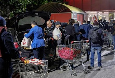 Coronavirus: supermercati presi d'assalto dopo l'estensione della zona rossa all'intero Paese