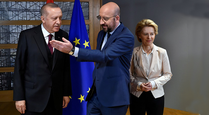 Il presidente turco Tayyip Erdogan con il presidente del Consiglio europeo Charles Michel e la presidente della Commissione Ursula von der Leyen