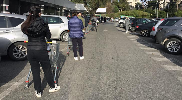 Le misure antivirus: In fila al supermercato a Roma, a distanza e con qualche mascherina