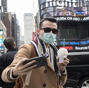 Covid-19. Un selfie con mascherina di un turista a New York
