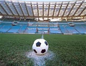 Calcio e Covid-19. Il pallone attende paziente nello stadio vuoto