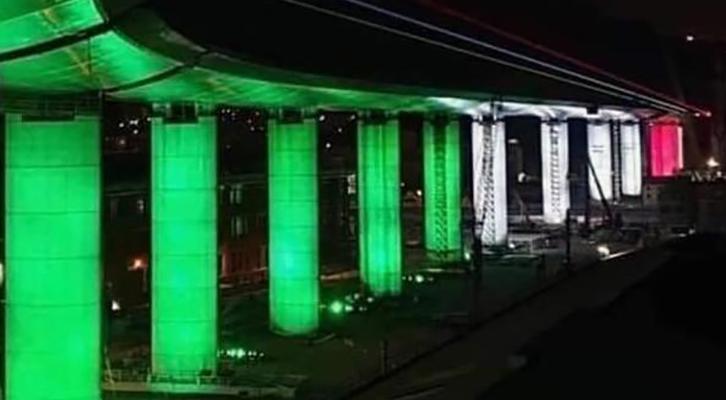 Il nuovo ponte di Genova illuminato col tricolore