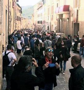 Gli assembramenti in centro nonostante la soppressione della Festa dei Ceri