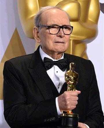 Il compositore Ennio Morricone alla cerimonia di consegna del premio Oscar