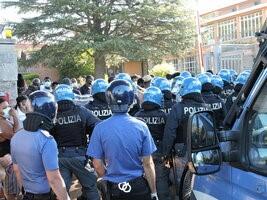 La polizia intervenuta per bloccare il tentativo di fuga dal centro accoglienza di Rocca di Papa