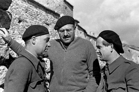Ernest Hemingway in Spagna nel 1937 tra il comunista russo Ilya Ehrenburg e il tedesco Gustav Regler