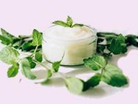 L'olio essenziale di menta piperita è uno degli ingredienti del nostro dentifricio fatto in casa