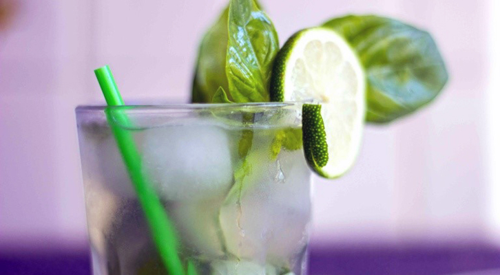 Il cocktail Goblin, a base di gin, basilico e lime