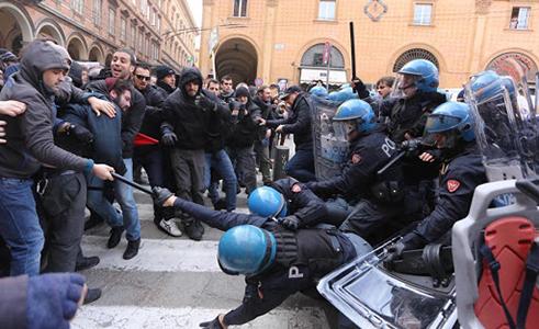 Centri sociali attaccano la Polizia