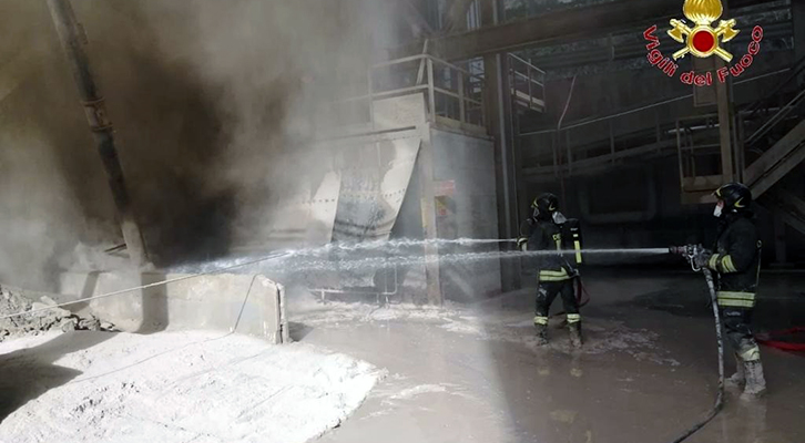 Gubbio. Incendio nell'area forno della cementeria Barbetti
