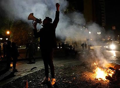 Presidenziali Usa. Caos conteggi e scontri di piazza a Ny e Portland