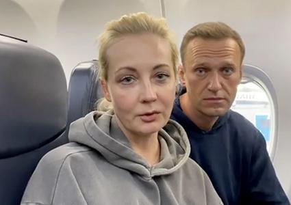 Alexiei Navalny e la moglie nell'aereo che li ha riportati a Mosca
