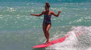 Atalanta Batista, la surfista che danza sull'acqua