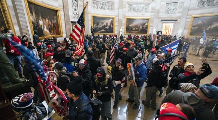 I manifestanti pro Trump <br>occupano le sale Congresso