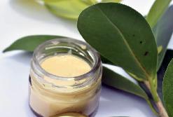 Una crema solare naturale, con cera di api e olio di cocco