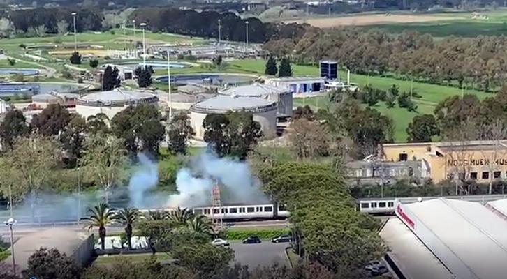 Cavi dell'alta tensione sul tetto <br>e il treno va a fuoco