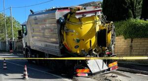 Malagrotta, l'asfalto cede e il camion resta imprigionato