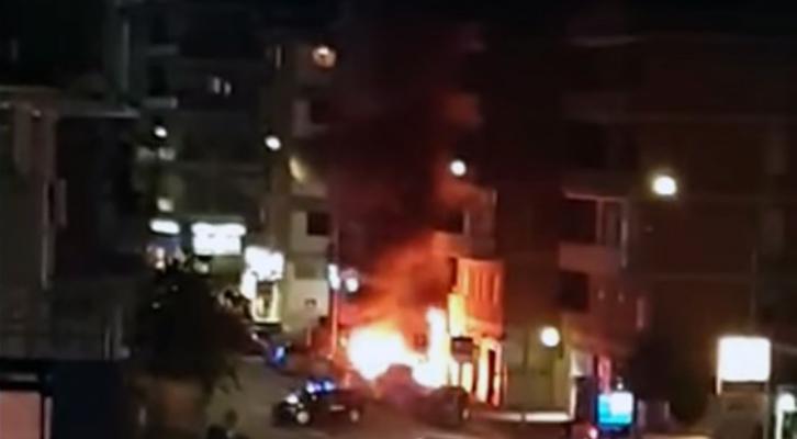 Cabina elettrica in fiamme <br>davanti al supermercato