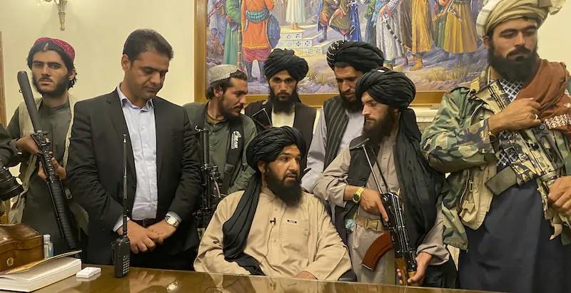 I Talebani controllano Kabul, Biden minimizza lo smacco Usa